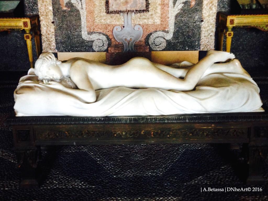 scultura| donna sdraiata