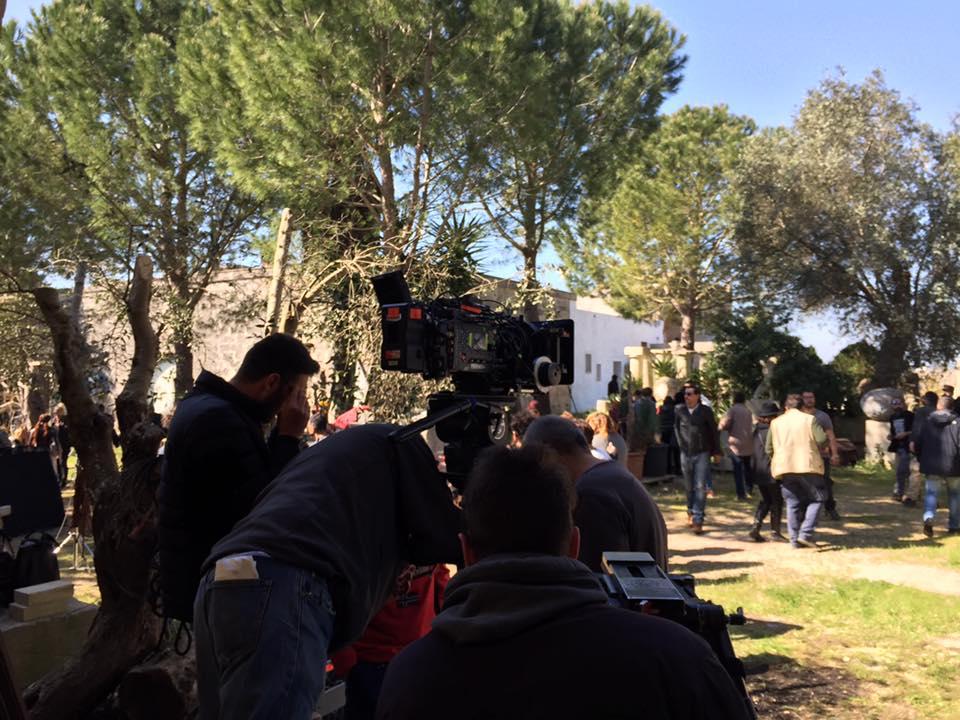 Il regista romano Federico Moccia sceglie il Laboratorio Artistico di Giuseppe Corrado_set_regia_Non c'è Kampo_Masseria Palmieri.jpg