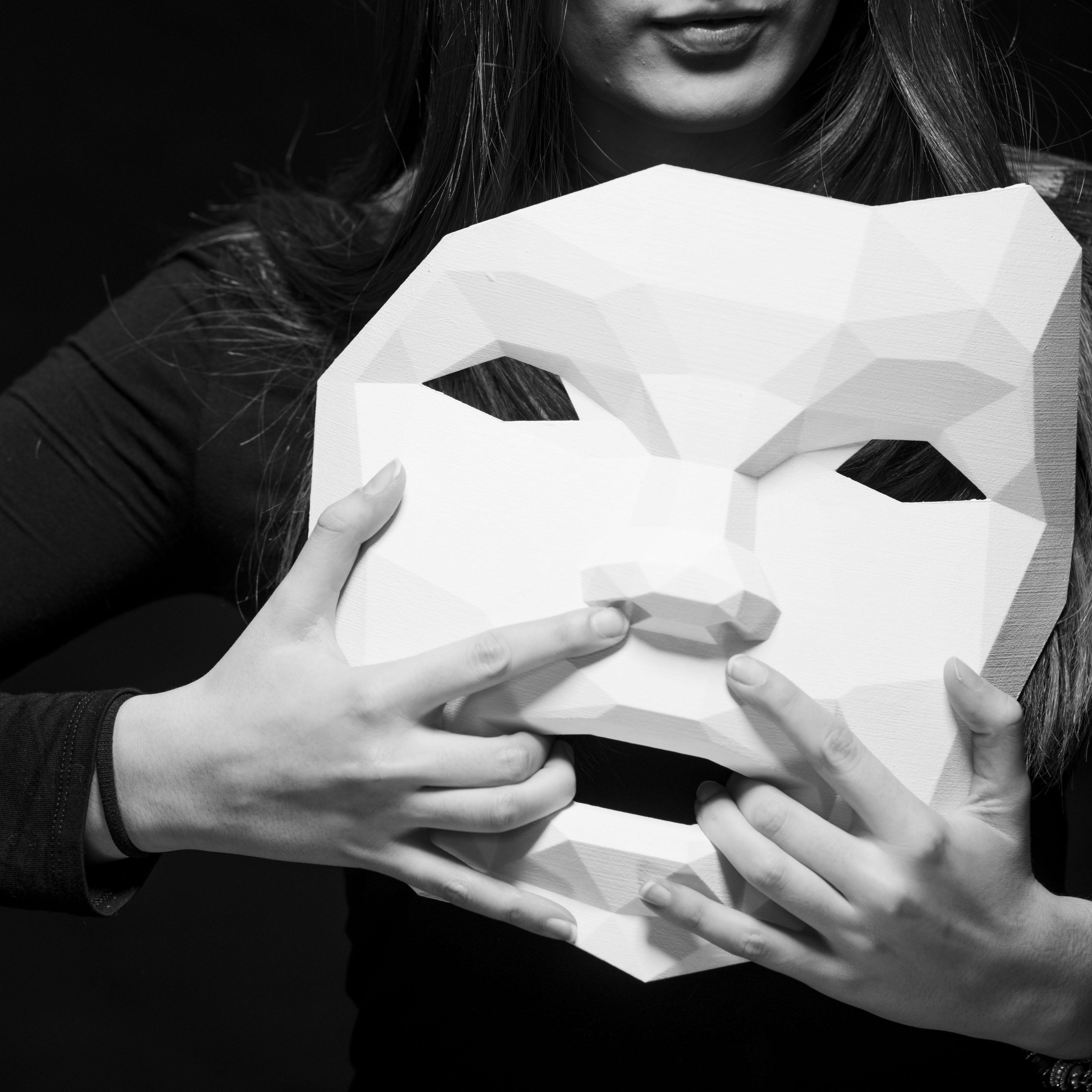 Così come siamo: a Spazio cultura la riflessione degli studenti del Bona su maschere e omologazione. In mostra opere di Damiano Andreotti e Daniele Basso.