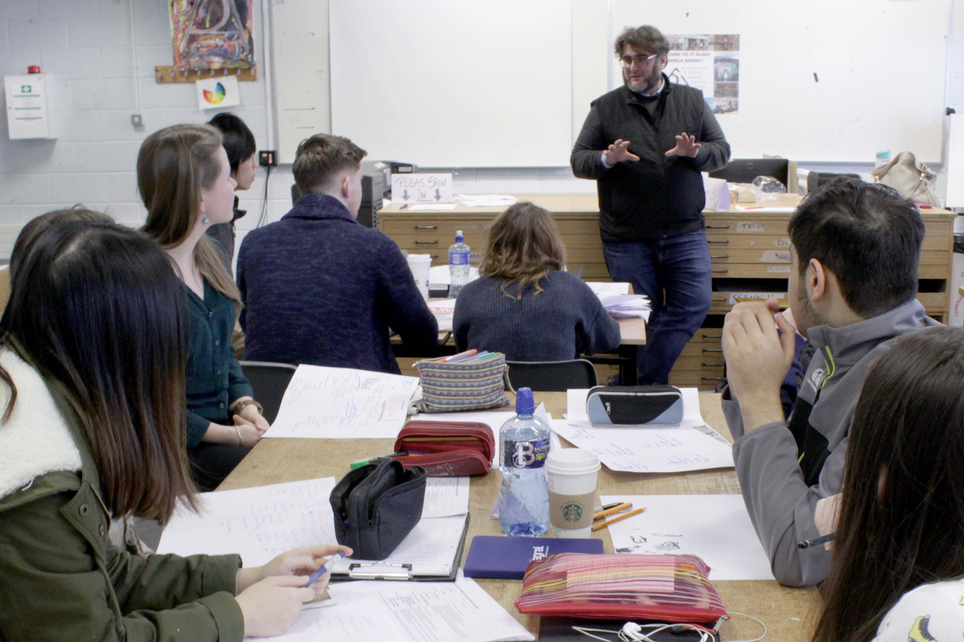 Daniele Basso lezione al College in Irlanda Workshop d'Arte per potenziare Creative Thinking e Problem Solving.